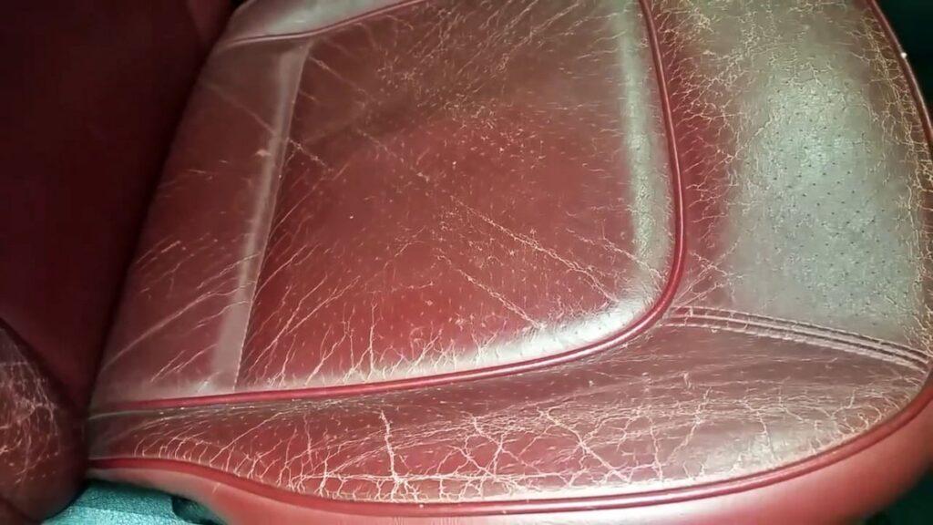 потертое кожаное сиденье