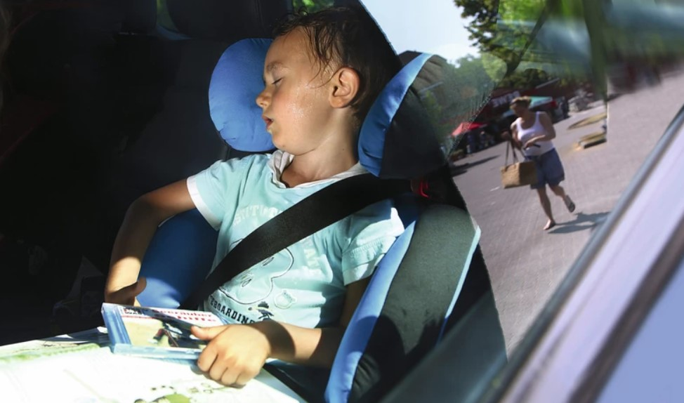 Ребенок в перегретом салоне машины